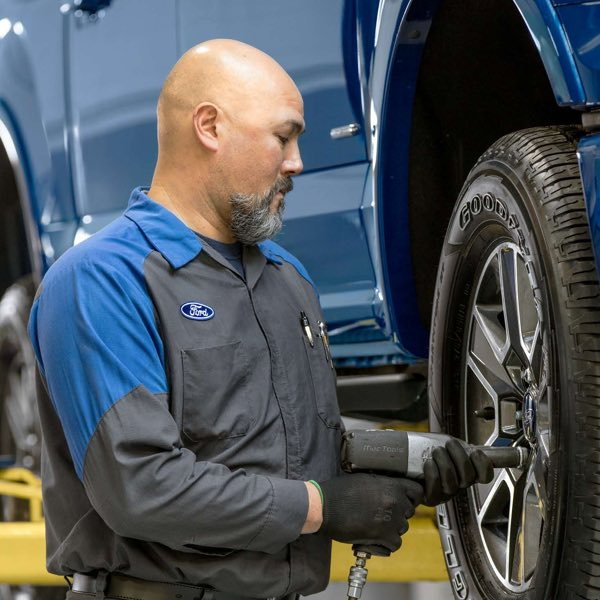 Ford Technician taking lug nuts off